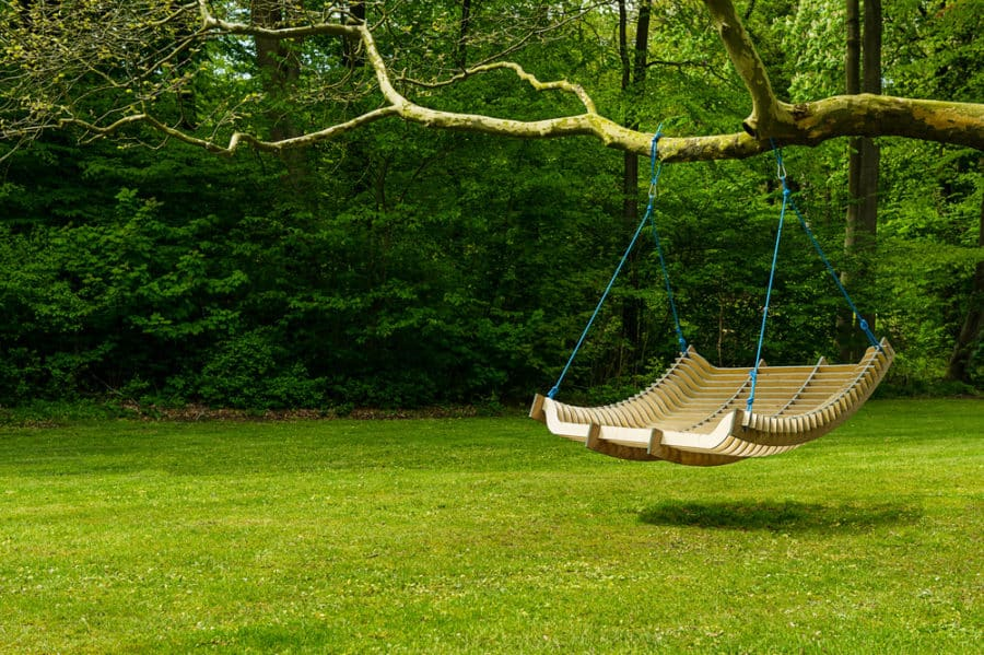 This Simple Wooden Rope Swing Is Made Elegant With The Addition Of Fake Wire Flowers Wring Around Ropes It S A Perfect Way To Transform Your Plain